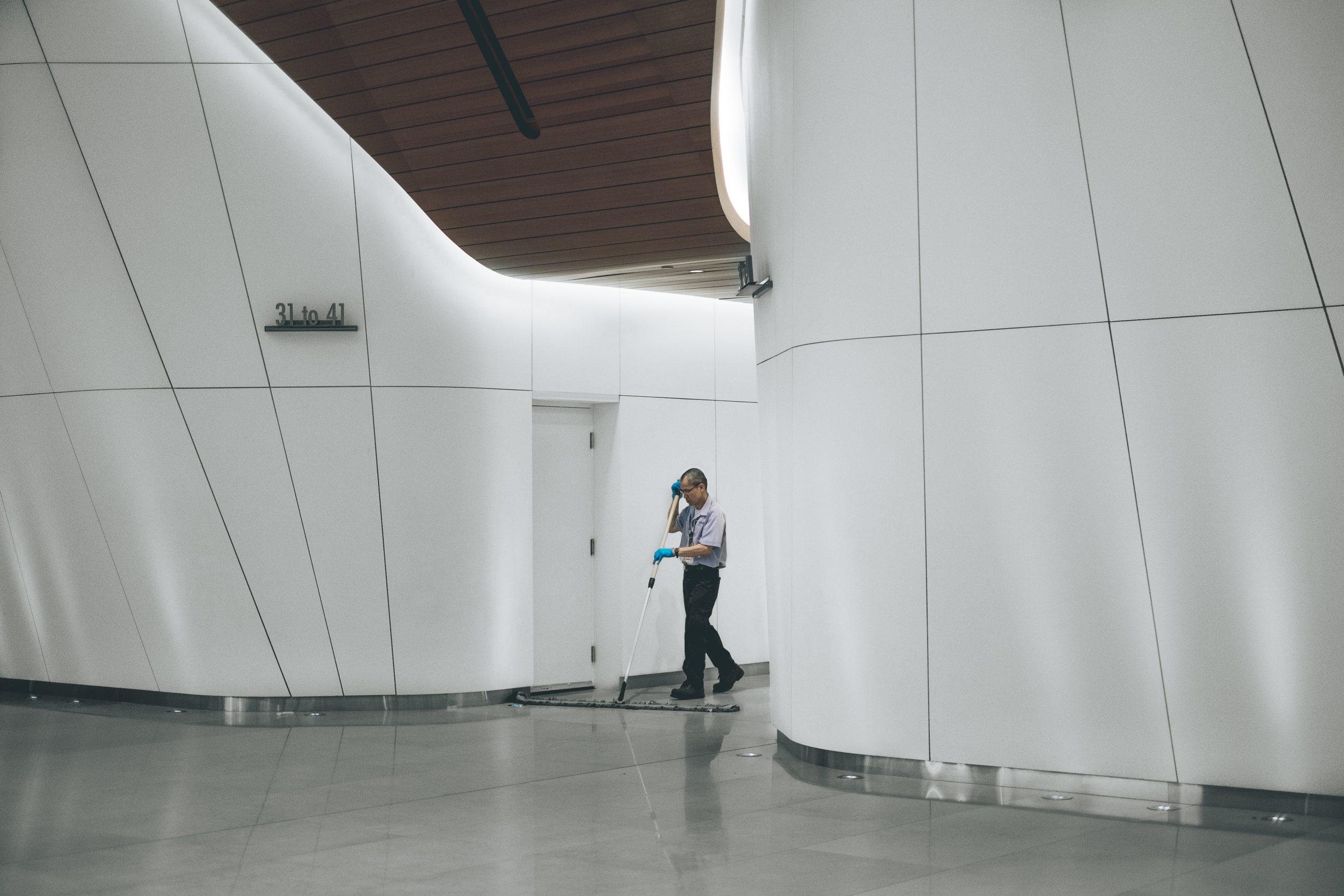 verne ho MwW zrkYSIU unsplash scaled - En ren arbejdsplads er vigtig for medarbejdernes trivsel