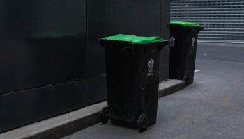 Sorter affald i virksomheden med affaldsstativer