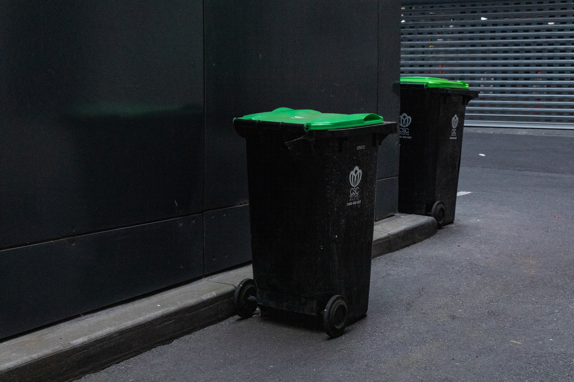 mitchell luo UBU pM78yxQ unsplash - Sorter affald i virksomheden med affaldsstativer