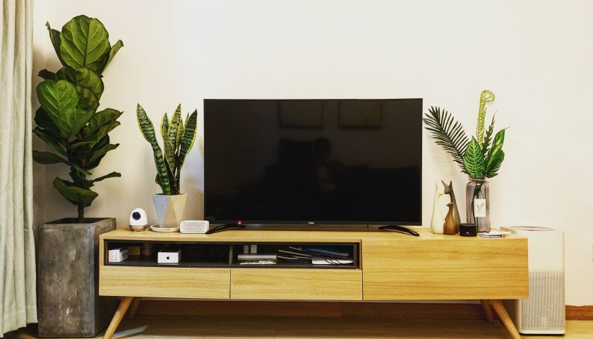 wang john CZ6PG4ozU9c unsplash 840x480 - Hvad er de største fordele ved et Tv-bord?