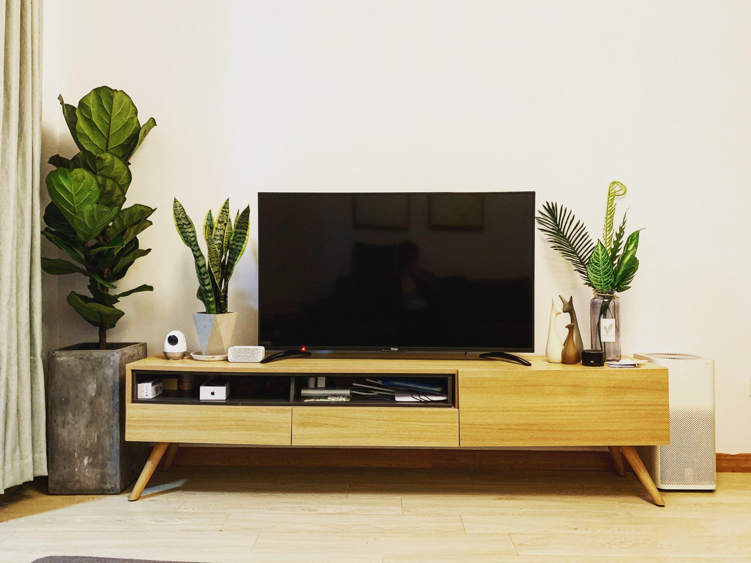 wang john CZ6PG4ozU9c unsplash scaled - Hvad er de største fordele ved et Tv-bord?